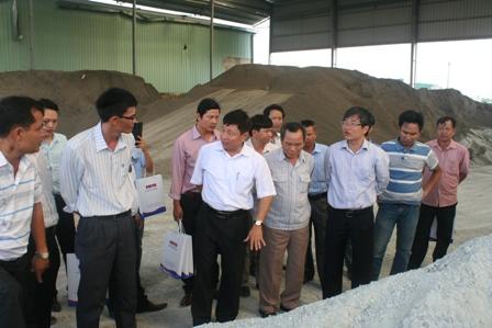 Các đại biểu tham quan quy trình lựa chọn vật liệu để sản xuất bê tông nhựa của công ty BMT